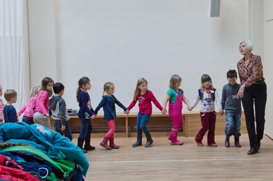 Lorna Heyge mit Kindergartenkindern
